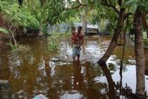 மட்டக்களப்பு மாவட்டத்தில் தொடர்ந்தும் சீரற்ற காலநிலை; குடியிருப்பு பகுதிகள் வெள்ளத்தில்