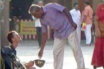 ஏ.ரி.எம். அட்டை 'கால்களை வாரியதால்', பிச்சை எடுத்த ரஷ்ய பயணி