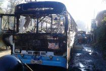 பஸ் தீப்பிடித்ததில் 17 பேர் காயம்; பெருமளவானோர் ராணுவத்தினர்: கஹகொல்ல பகுதியில் சம்பவம்