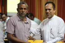 இனவாத தாக்குதலில் பாதிக்கப்பட்டவர்களுக்கு, முதற் கட்ட இழப்பீடு: ஹிஸ்புல்லா வழங்கி வைத்தார்