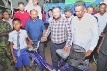 சில அரசியல்வாதிகள், அதிகாரிகளை அச்சுறுத்துகின்றனர்: அமைச்சர் றிசாட் குற்றச்சாட்டு