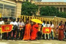 மாற்றம் செய்யப்பட்ட தேசியக் கொடிகளை ஏந்தியோர், ஞானசார தேரரை விடுவிக்கக் கோரி ஆர்ப்பாட்டம்