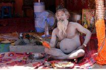 மண்டை ஓடுகள், மனித மாமிசம்: அகோரிகளின் வாழ்க்கை எப்படி இருக்கும்?