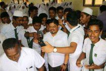 அப்பியாசக் கொப்பிகளுடன் 6500 பாடசாலைப் பைகள்: மாணவர்களுக்கு பகிர்ந்தளித்தார் காதர் மஸ்தான்