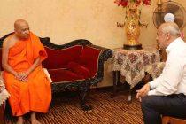 தனக்கெதிரான விஷமப் பிரசாரம் குறித்து, மல்வத்து பீடாதிபதியிடம் அமைச்சர் ஹக்கீம் விளக்கம்