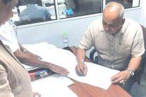 அம்பாறை மாவட்ட தேர்தல் களம்: வேட்பு மனுவில் கையெழுத்திட்டார் முன்னாள் நாடாளுமன்ற உறுப்பினர் நஸீர்