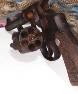 சம்மாந்துறை ஆறு ஒன்றிலிருந்து அமெரிக்கத் தயாரிப்பு கைத்துப்பாக்கி கண்டெடுப்பு